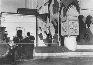 Император Николай II  у входа в Федоровский собор иконы Божией Матери в день полкового праздника.