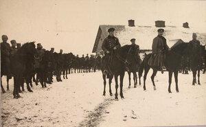 Группа солдат и офицеров отряда за выездкой лошадей.
