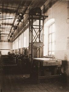 Вид лифта (на первом плане) и станков в одном из цехов мастерской.