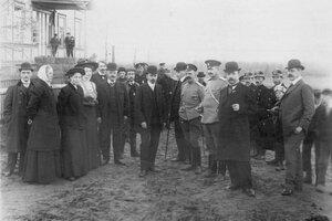 Группа следователей и корреспондентов у домика, где жил М.Я.Герценштейн.