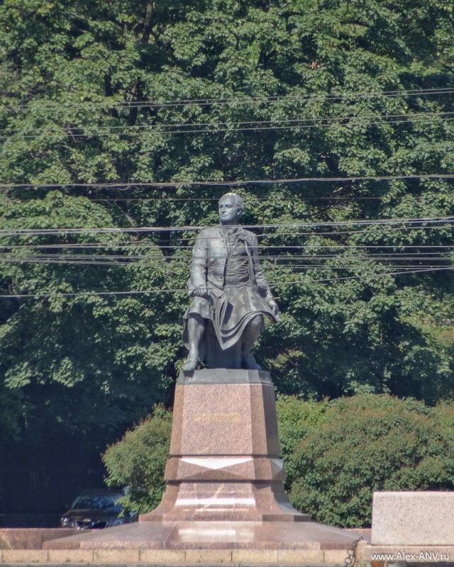 Памятник Ломоносову на Менделеевской линии
