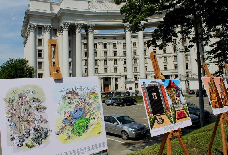 Выставка карикатур под МИД Украины