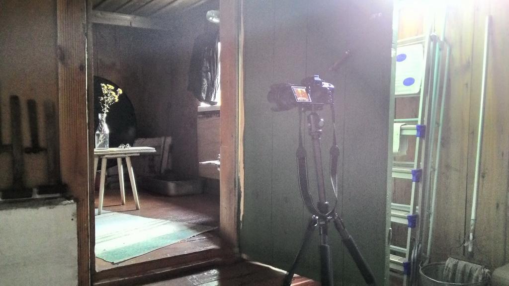 4. Вешаем на окно черную куртку, чтобы уменьшить поток света, падающий на фон. Половина окошка открыта. Возможно, следовало попробовать оставить лишь узкую щелочку... Так выглядит наша импровизированная студия.