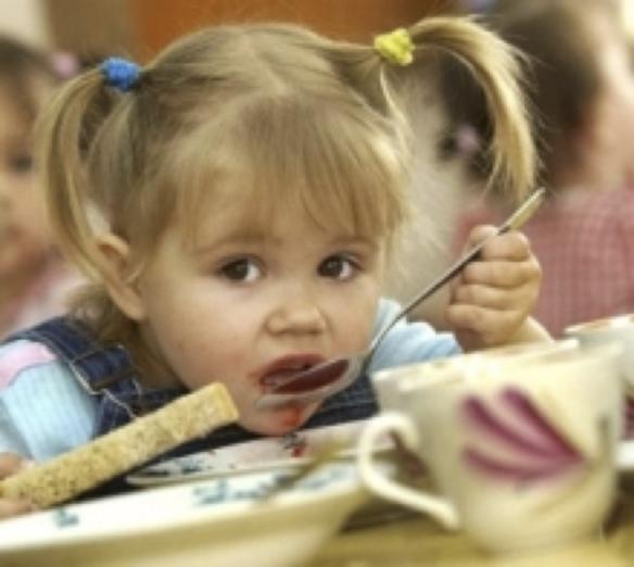 девочка кушает