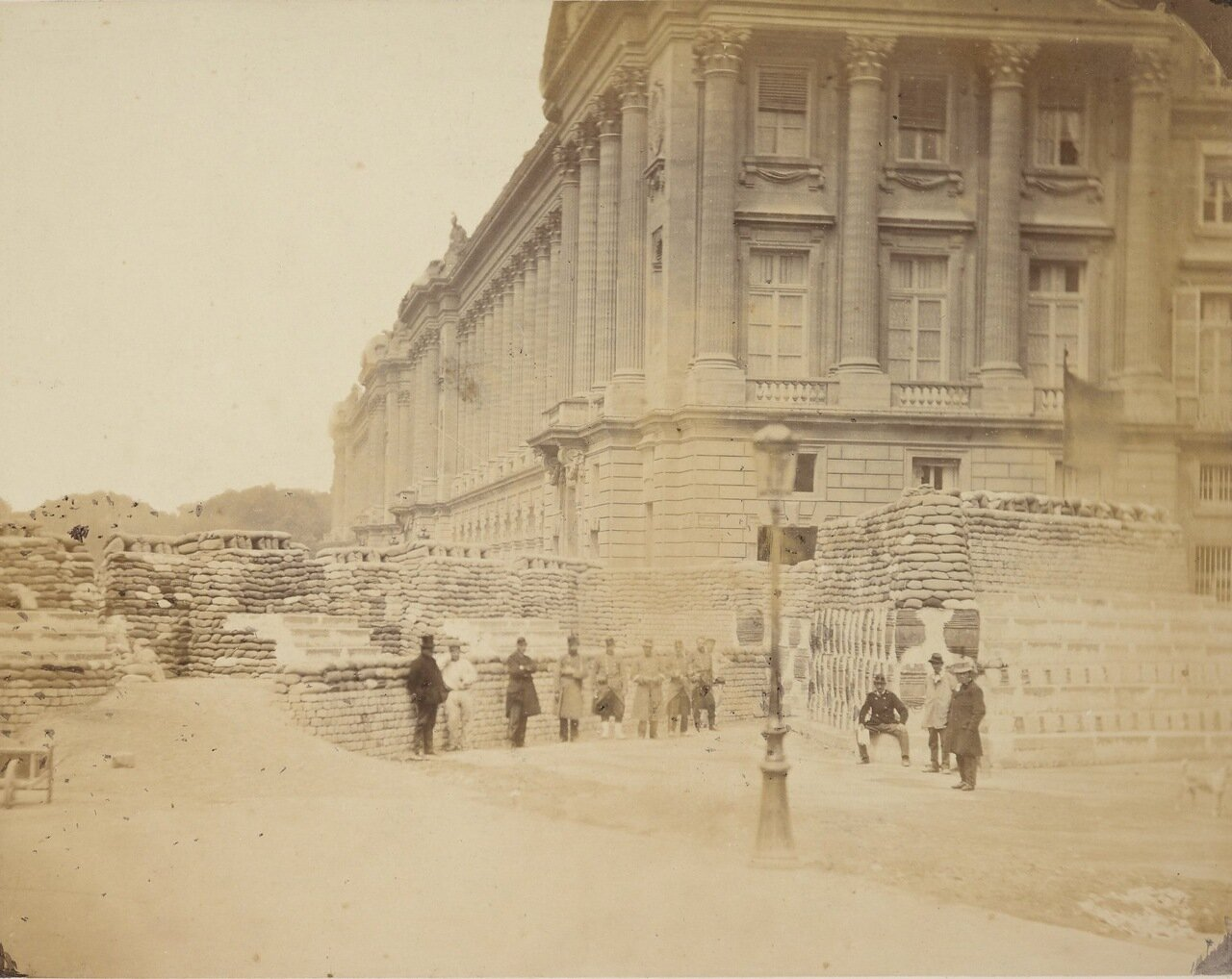 Баррикады на пересечении площади Согласия и  улицы Сан-Флорентин