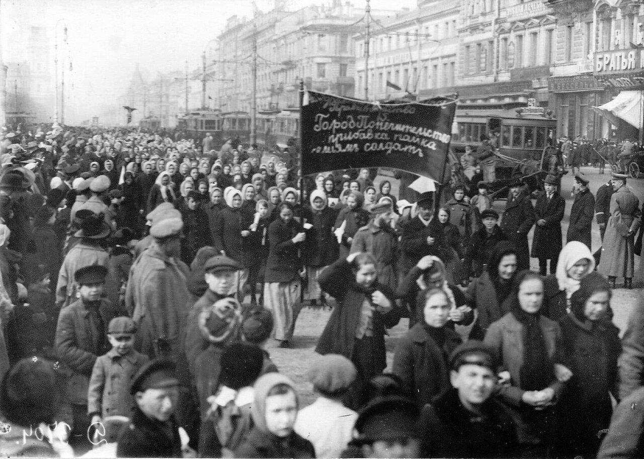 08. Колонна женщин-демонстранток проходит мимо Гостиного двора с лозунгами, требующими материальной помощи семьям солдат. 19 марта 1917