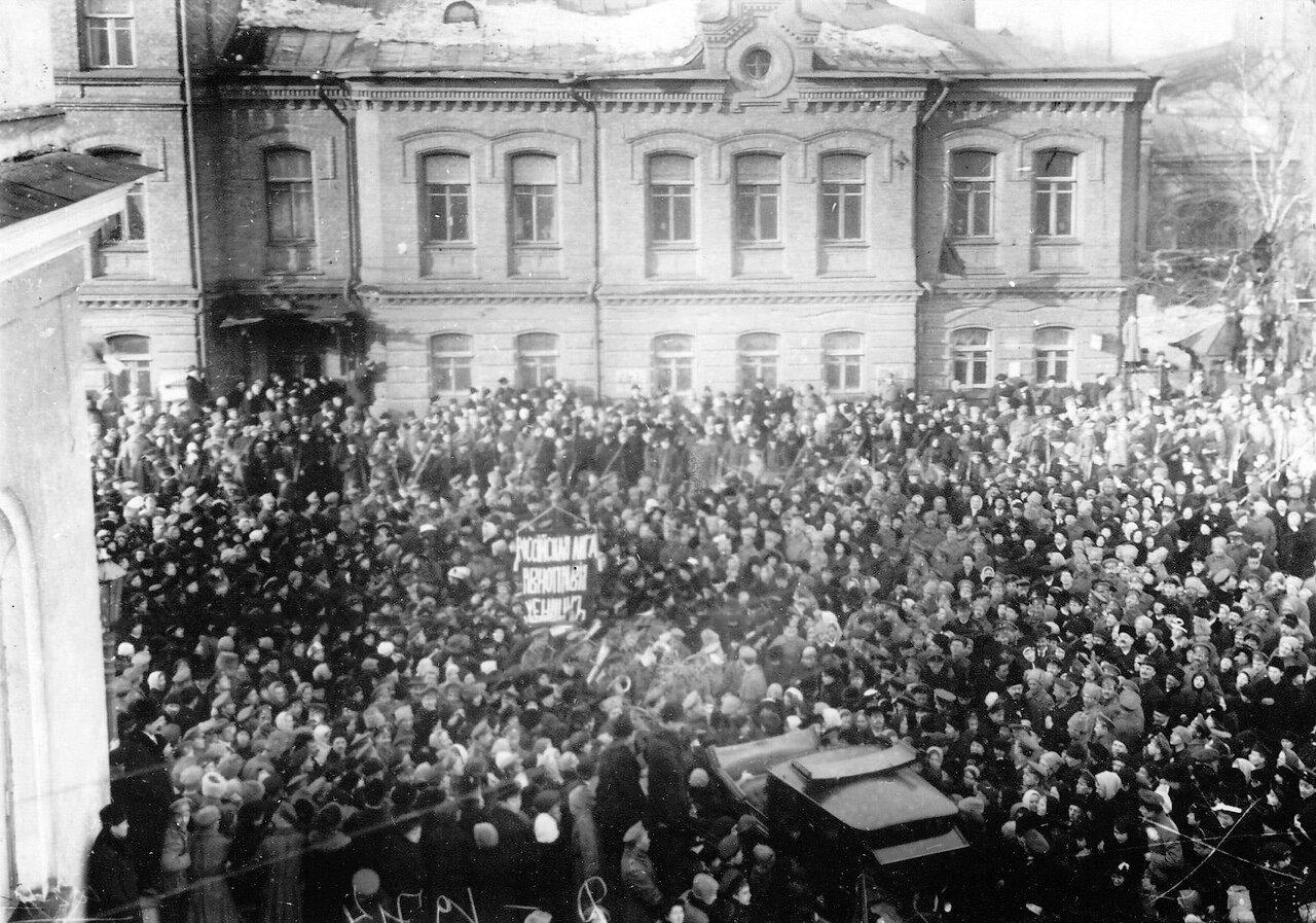 12. Манифестация женщин Российской лиги равноправных женщин на одной из улиц города. 19 марта 1917