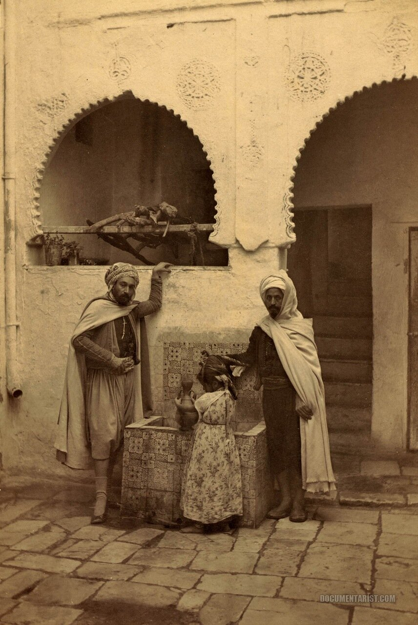1880. Двое мужчин и ребенок у колодца во дворе. Константин