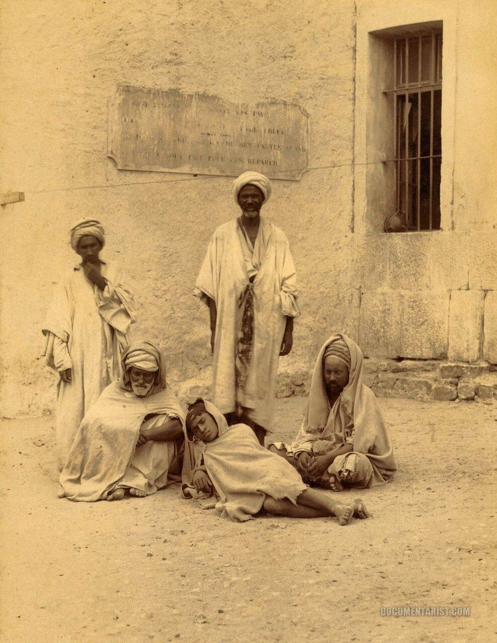 1880. Заключенные во дворе. Аннаба