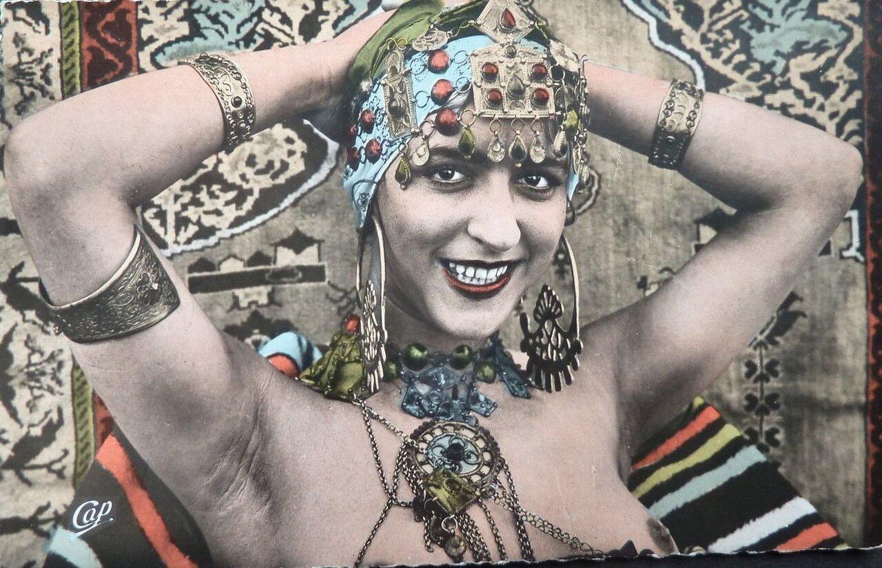 1920-е. Исполнительница танцев живота