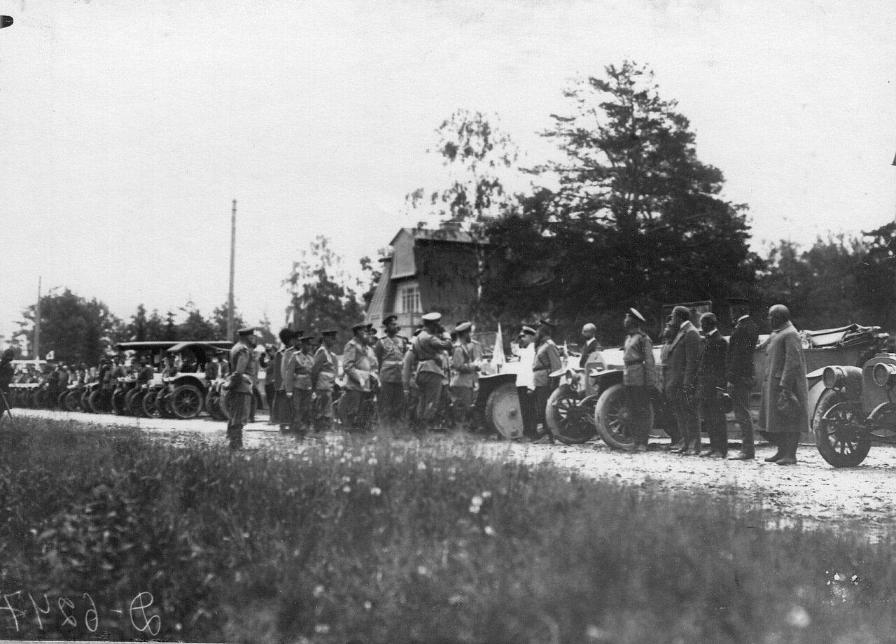 05. Император Николай II и сопровождающие его лица обходят колонну автомобилей