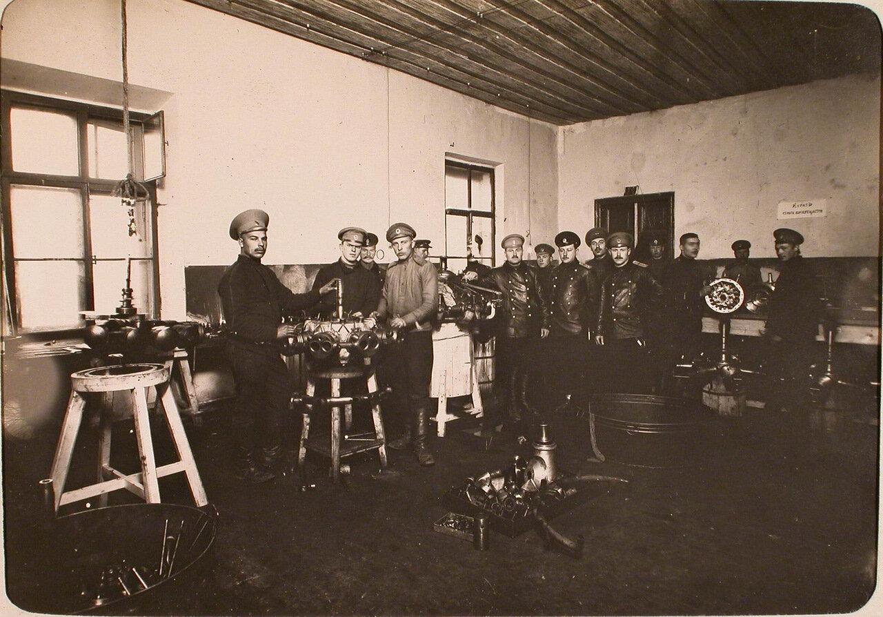 27. Офицеры и солдаты в моторной мастерской авиароты. Псков