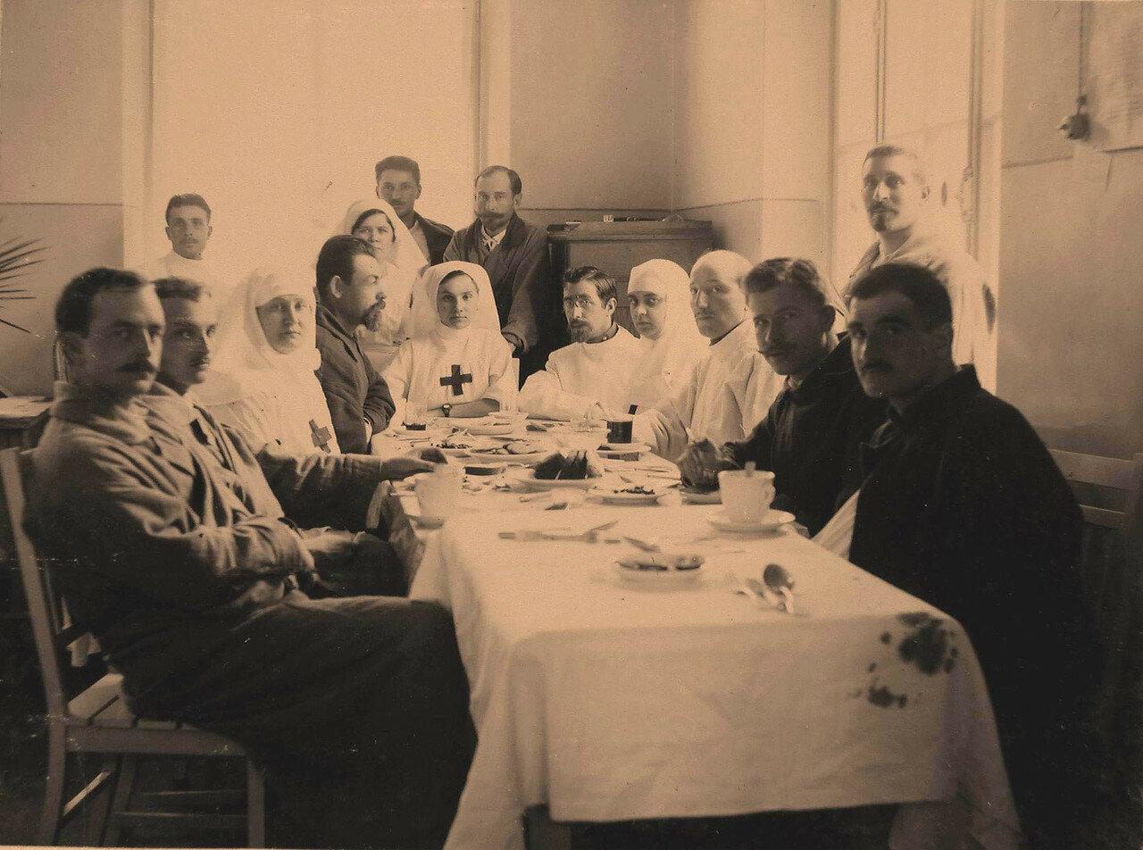 46. Группа раненых офицеров и сестры милосердия в столовой за чаем; 4-я справа за столом старшая сестра лазарета Л.В.Никитина
