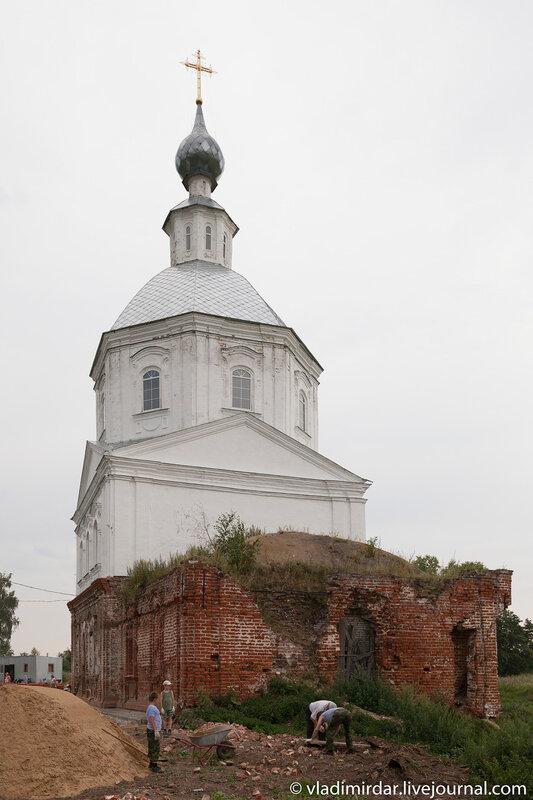На месте взорванной колкольни Храма Василия Великого