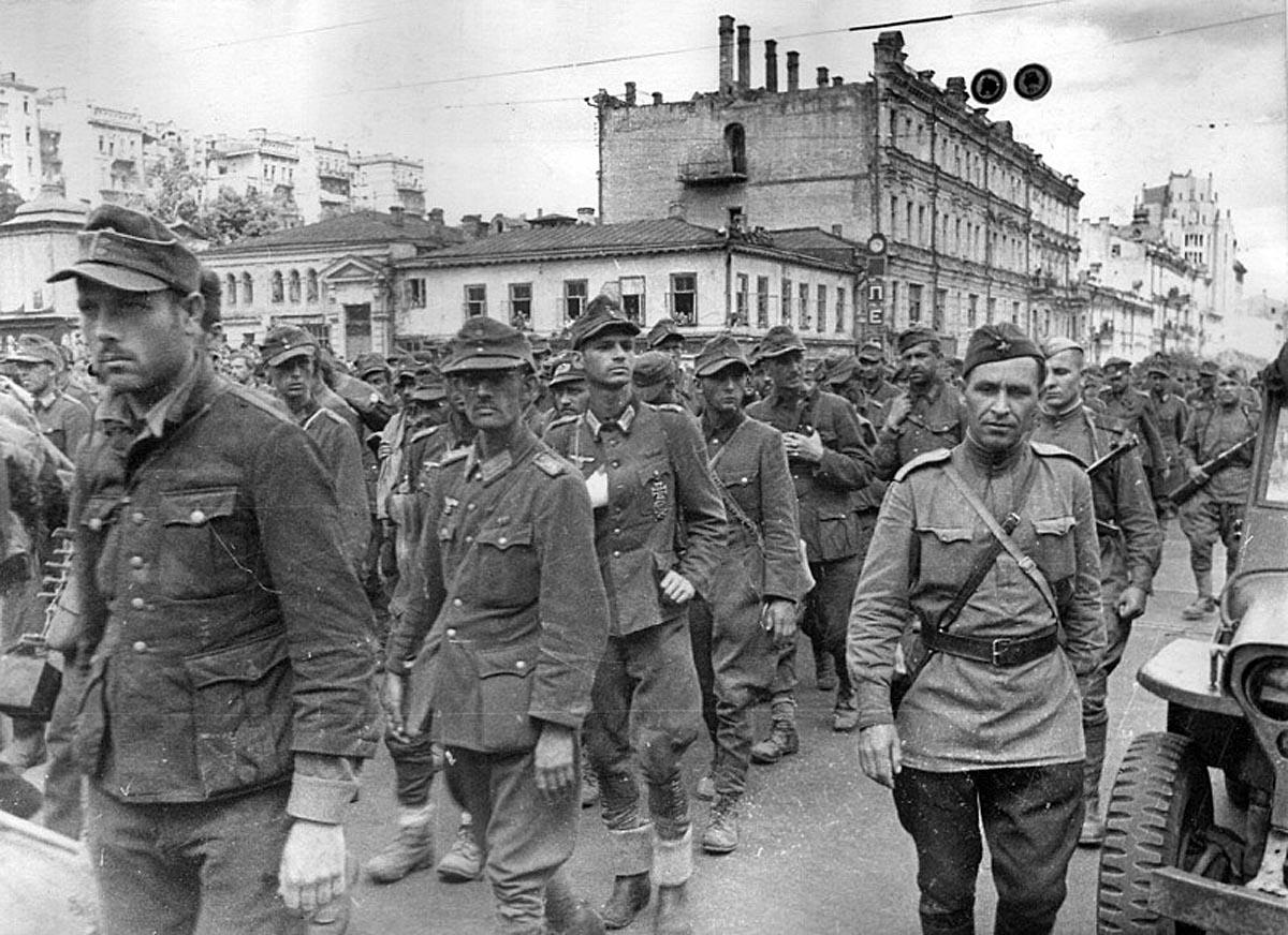 Пленных гитлеровцев проводят по улицам Киева. 16 августа 1944_1200_(4).jpg