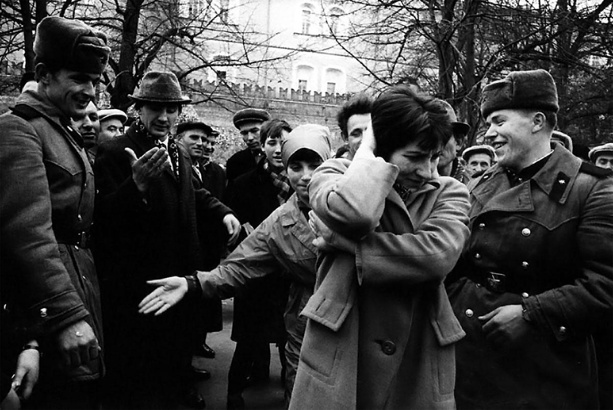 Пока медленно двигается их очередь к Мавзолею. 1966, Красная площадь, Москва, СССР, фотограф Арнольд Ева