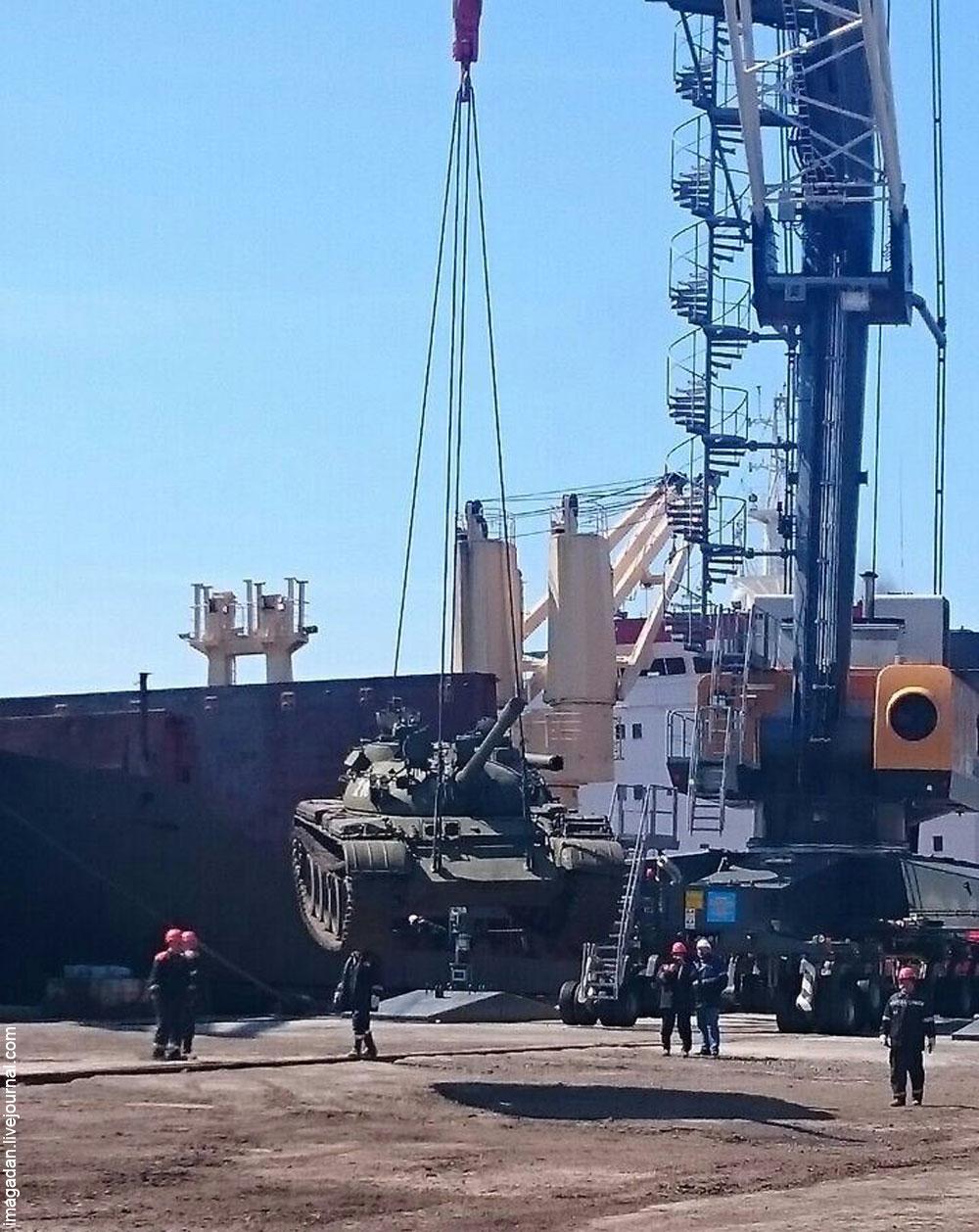 Разгрузка бронетехники в Магаданском морпорту