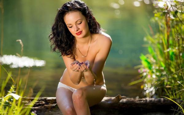 девушка в лесу у ручья