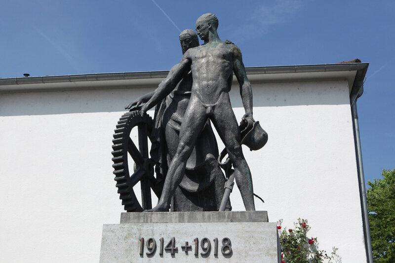 Мемориал павшим немецким солдатам в городе Рюссельсхайм в земле Гессен
