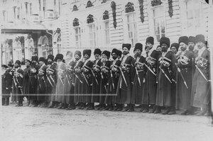 Гости - бывшие конвойцы в строю на плацу  перед Екатерининским дворцом  в день  празднования 100-летнего юбилея конвоя.