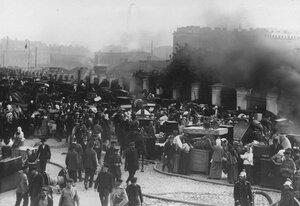 Жители сгоревших домов на Обводном канале у своих вещей.