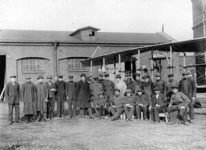 Эбергард акционерное общество. Рабочие и служащие завода с летчиком-испытателем около аэроплана.