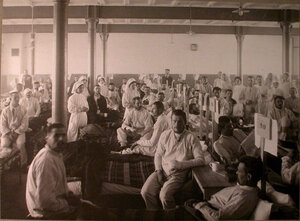 Медицинский персонал и раненые в палате лазарета,устроенного в Брестском ночлежном доме.