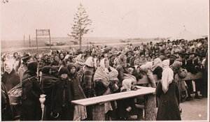 Беженцы в очереди за пищей у соединительного врачебно-питательного пункта, организованного отрядом Красного Креста В.М.Пуришкевича.