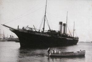 Яхта   Петербург подходит к причалу.
