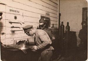 Солдаты за работой в сварочной мастерской авиароты.