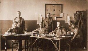 Сотрудники наградного отделения отдела дежурного генерала штаба XIII армии; (сидят слева направо на первом плане) прапорщик Русанов, прапорщик Флоринский, ротмистр Фомин.