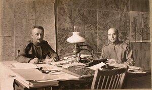 Офицеры штаба в рабочей комнате; справа  - штабс-капитан Безель.