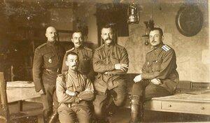 Полковник Вязьмитинов (второй справа) среди чинов  оперативного отделения отдела генерал-квартирмейстера штаба XII армии.
