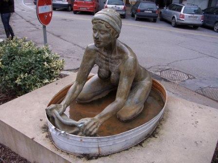 Памятник стирающей женщине (Болонья, Италия)