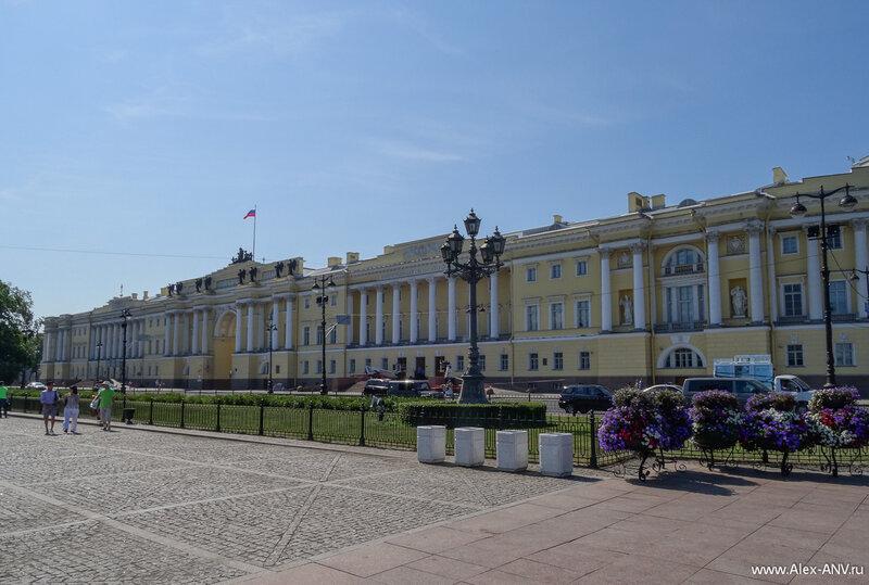 Здания Конституционного Суда РФ и Президентской Библиотеки.