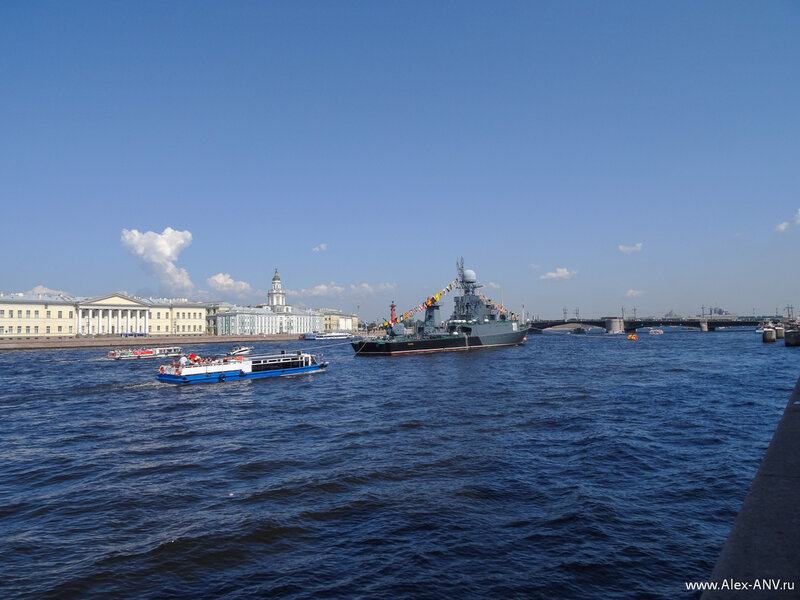 МПК Казанец, а вокруг вьются толпы прогулочных корабликов всех размеров и типов - от здоровенных прогулочных теплоходов на сотню мест до водных мотоциклов.