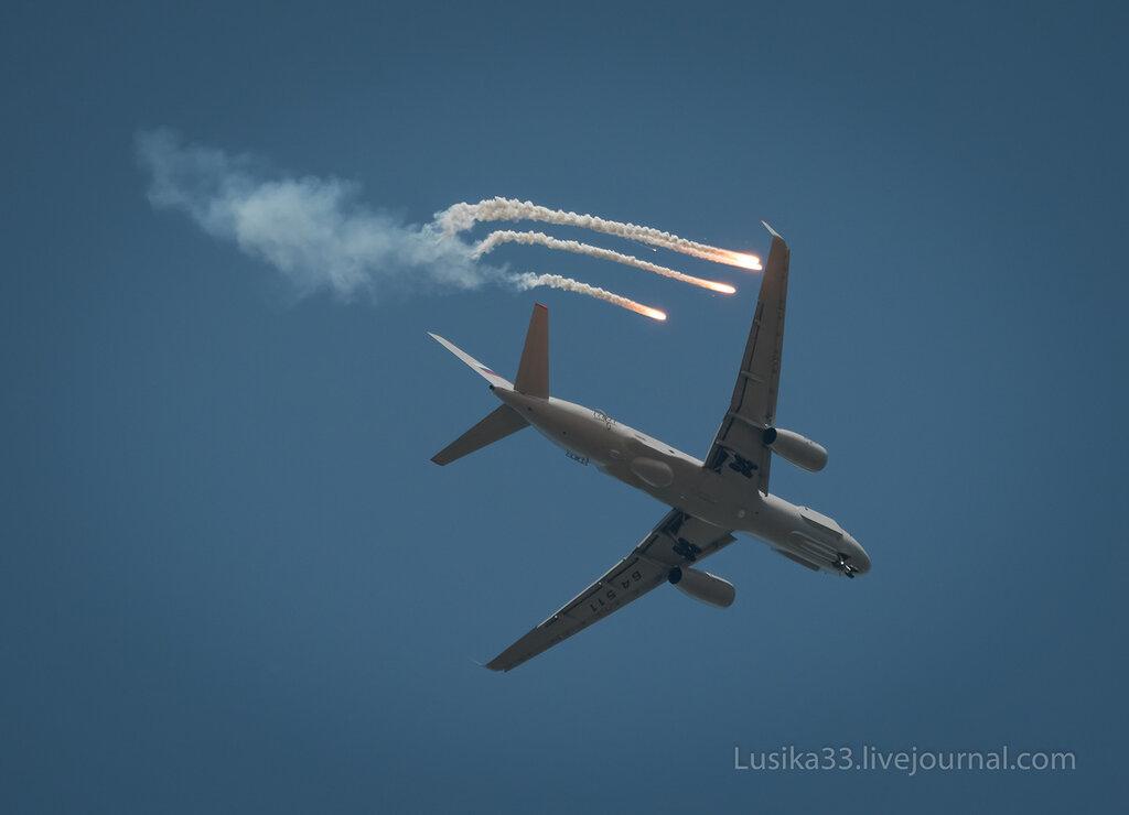 Ту-214Р отстреливает тепловые ловушки