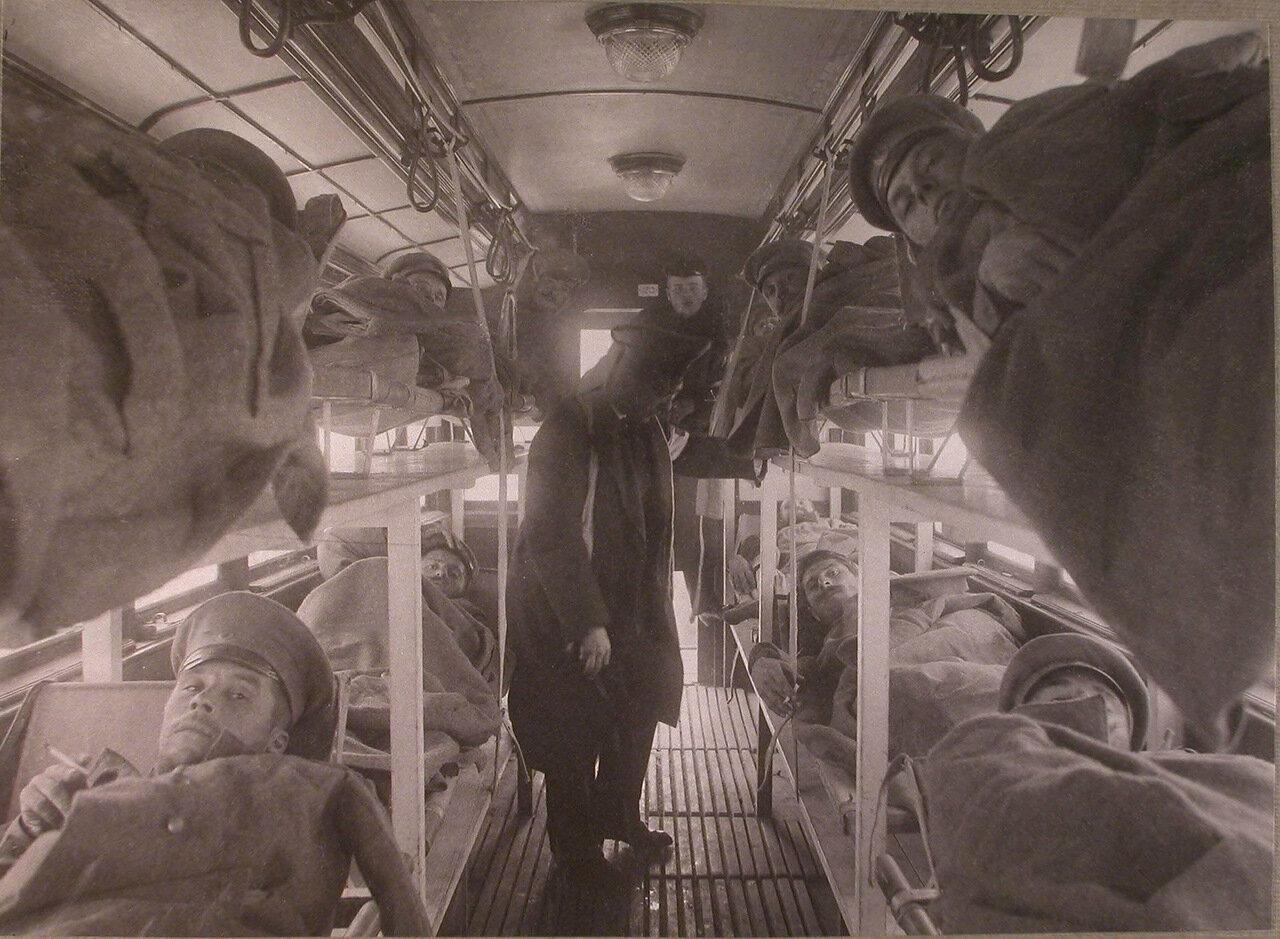 07. Перевозка раненых в специально оборудованном трамвайном вагоне из распределительного госпиталя в постоянный лазарет