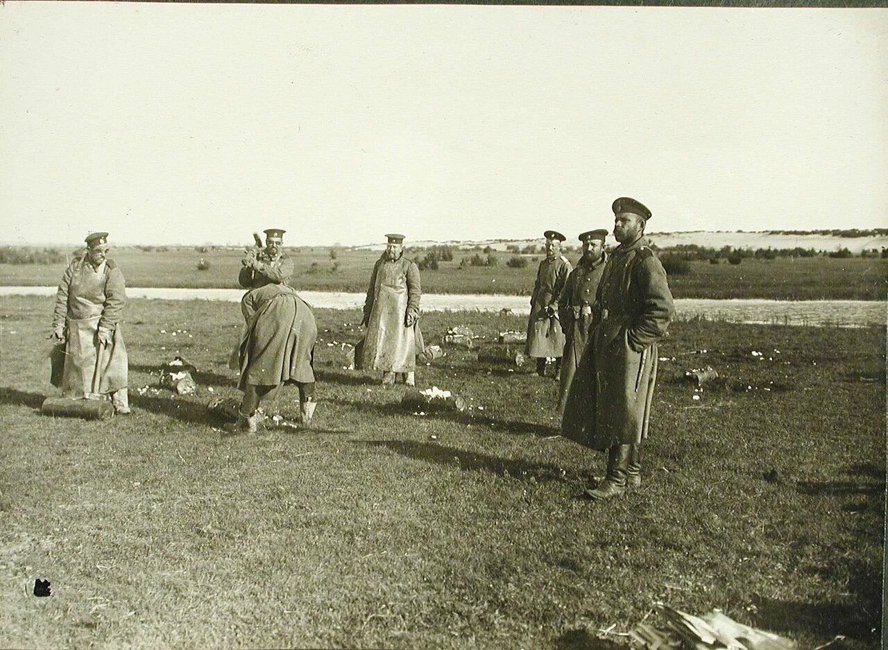 11. Солдаты роты за расколкой едкого натра при газодобыче на позиции у Голомба во время боев за крепость