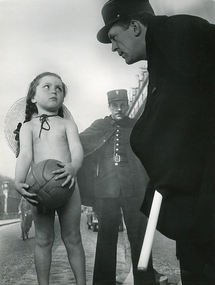1945. Маленькая девочка и полицейский на Рю де Риволи