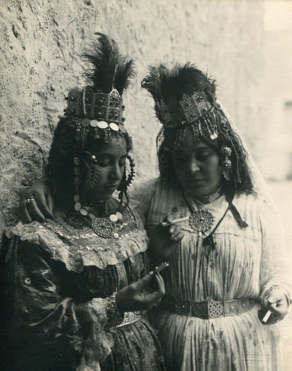 1910. Две арабки.