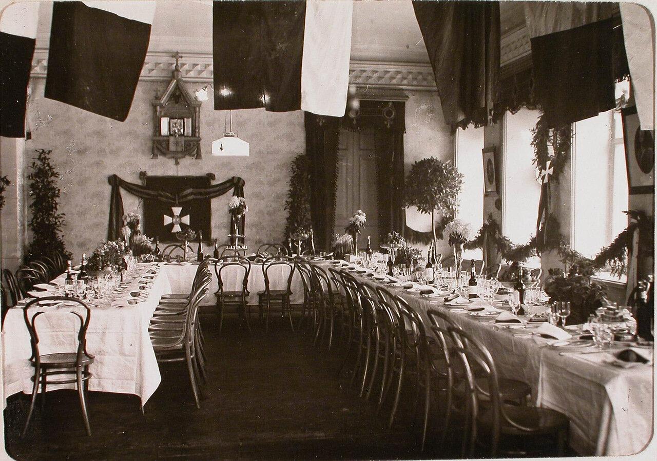 22. Вид части столовой собрания роты с сервированными для завтрака столами. 26 ноября 1915