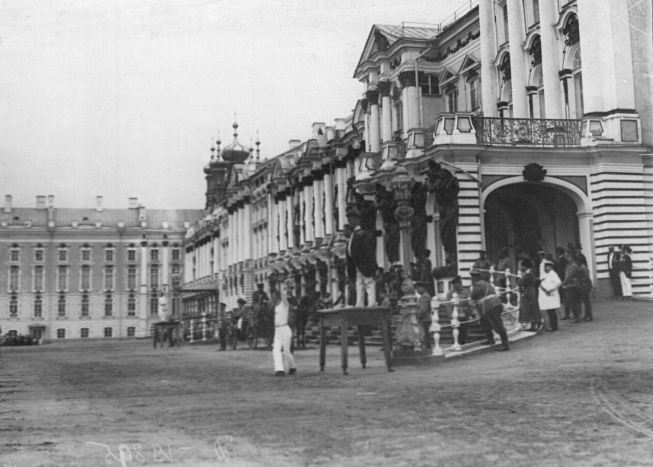 09. Вид парадного подъезда Екатерининского дворца во время смотра