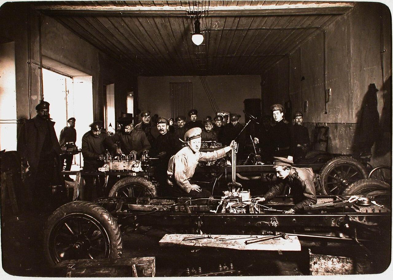 12. Группа солдат и офицеров в автомобильной мастерской авиароты. Псков