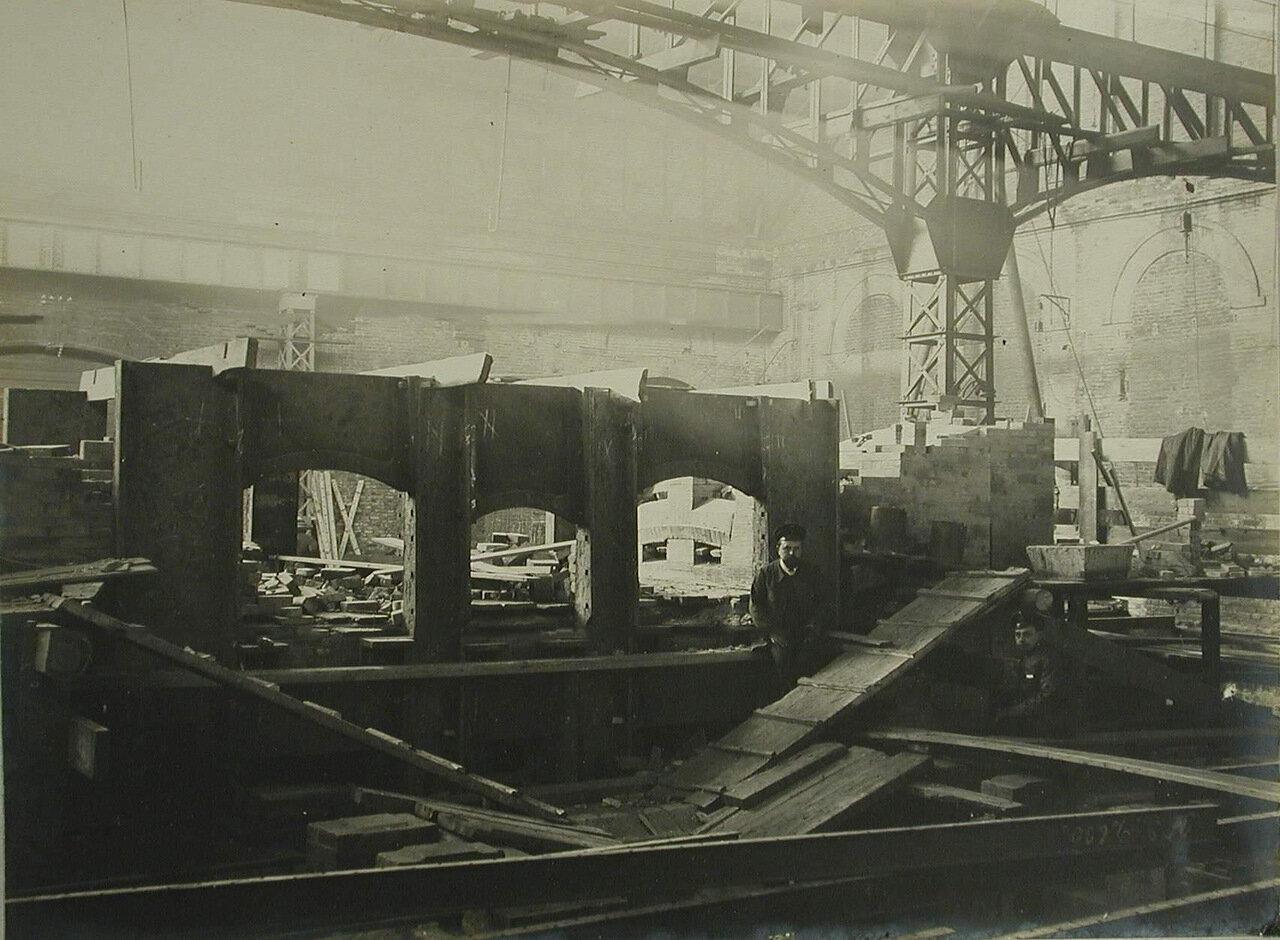11. Вид части одного из цехов Обуховского сталелитейного завода, где идет сборка электропечей. 10 октября 1909