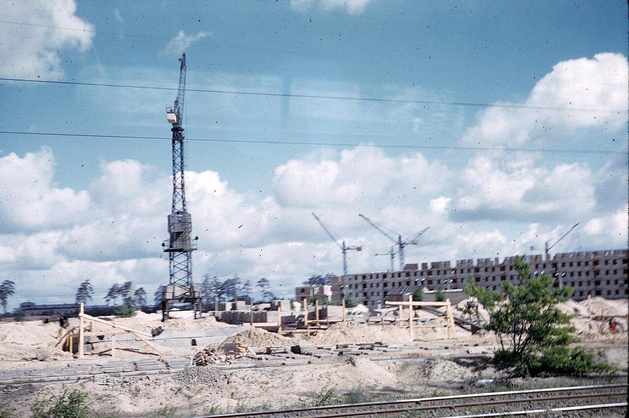 12. Вид строительного крана на неопознанном строительном объекте