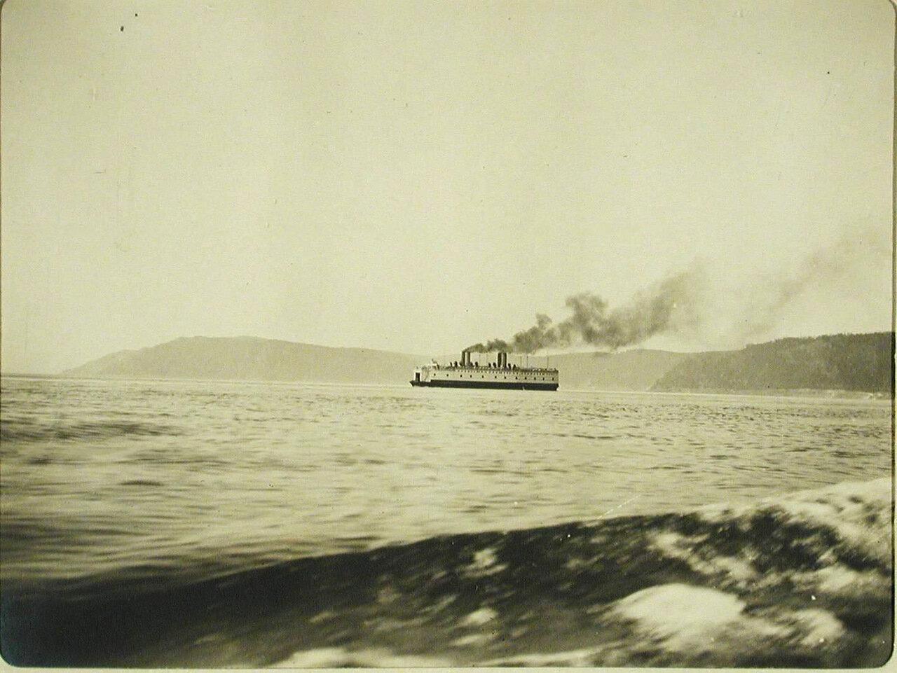 33. Вид одного из ледоколов на озере после начала навигации