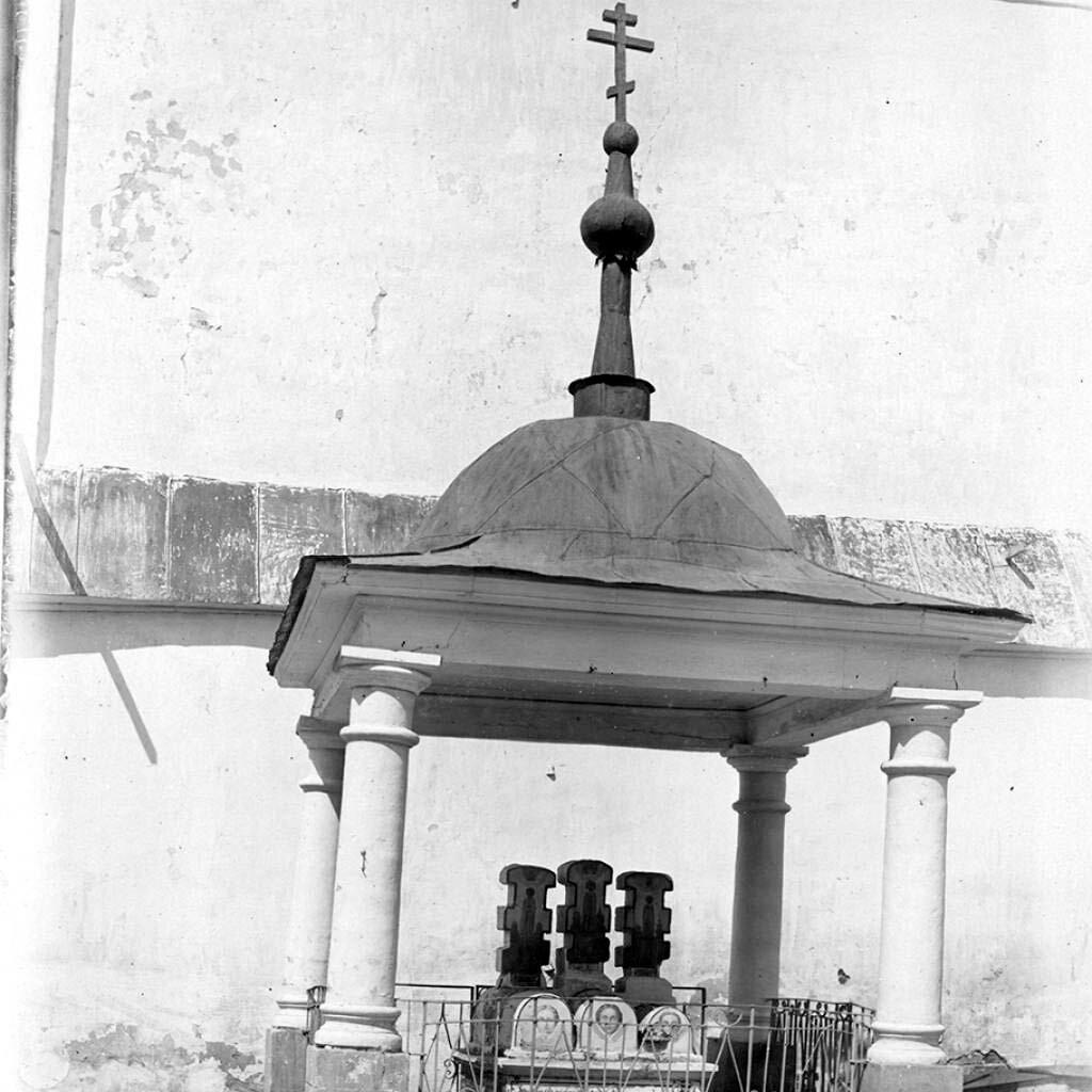 Памятник близ колокольни Предтеченского собора, сооруженный в XVII в. над гробами князей Феодора, Евпраксии и их сына Иоанна