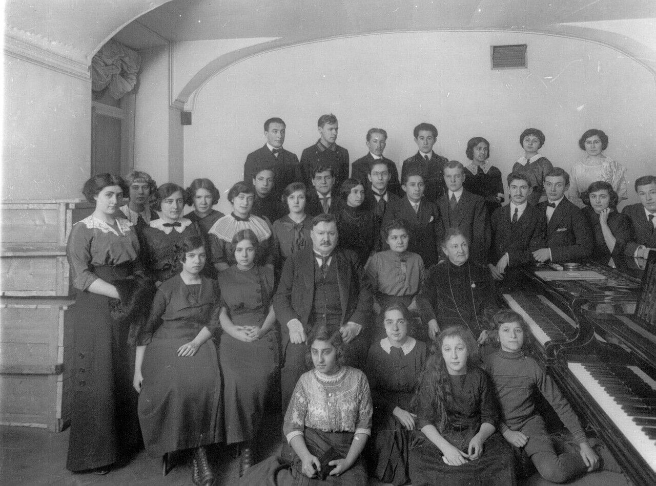 33.Группа студентов и профессоров консерватории. Впереди сидят А.К.Глазунов и А.Н.Есипова