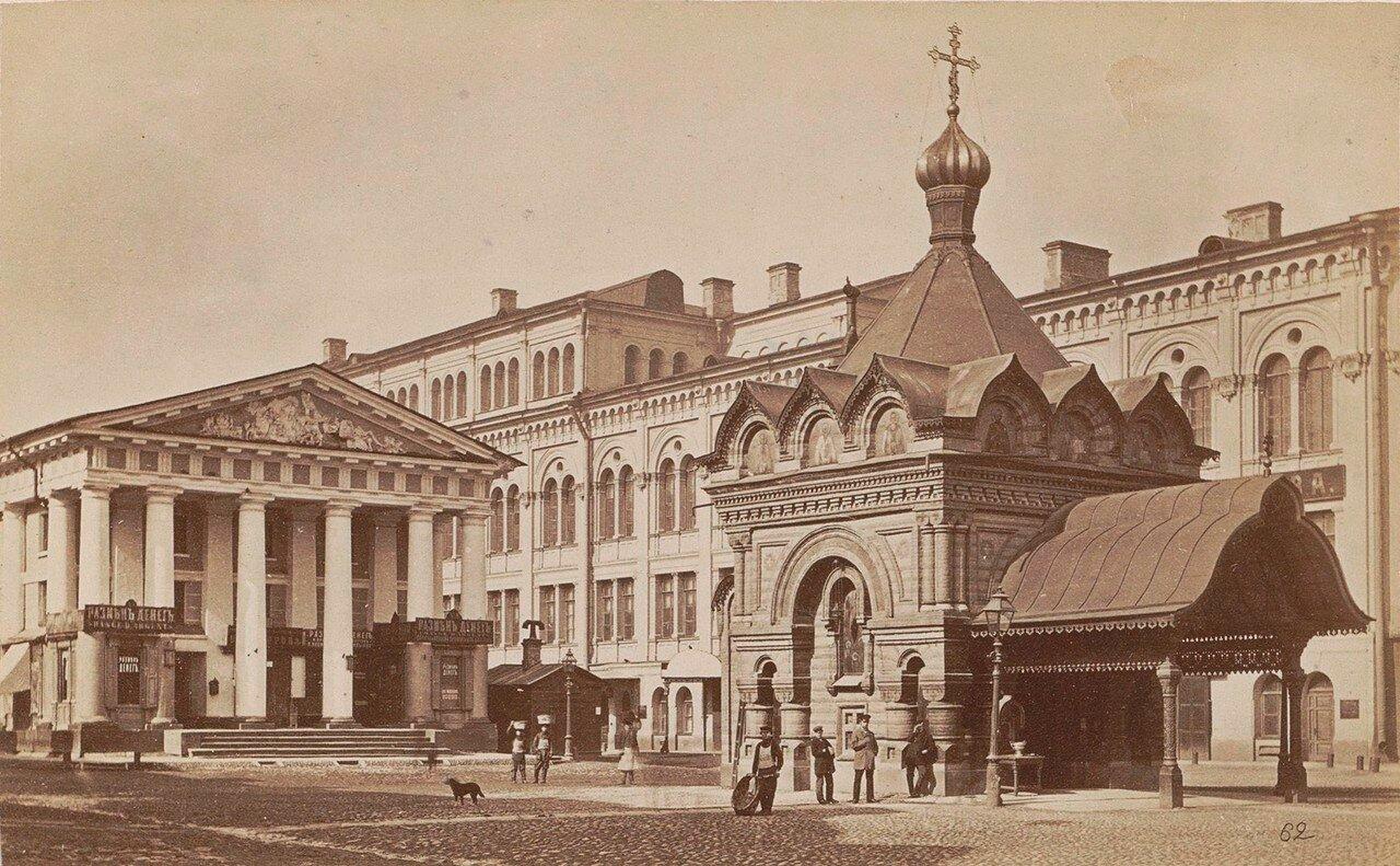 Часовня (справа) и крытый рынок на Невском проспекте